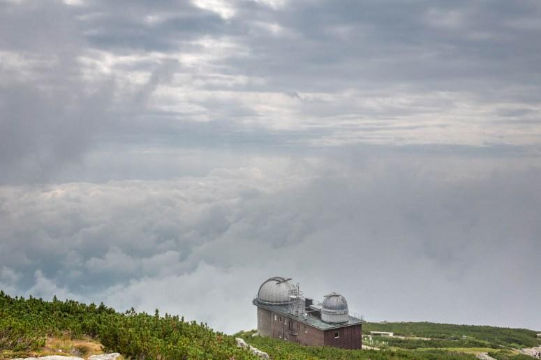De sterrenwacht bij Skalnaté pleso met een prachtige wolkenlucht op de achtergrond.