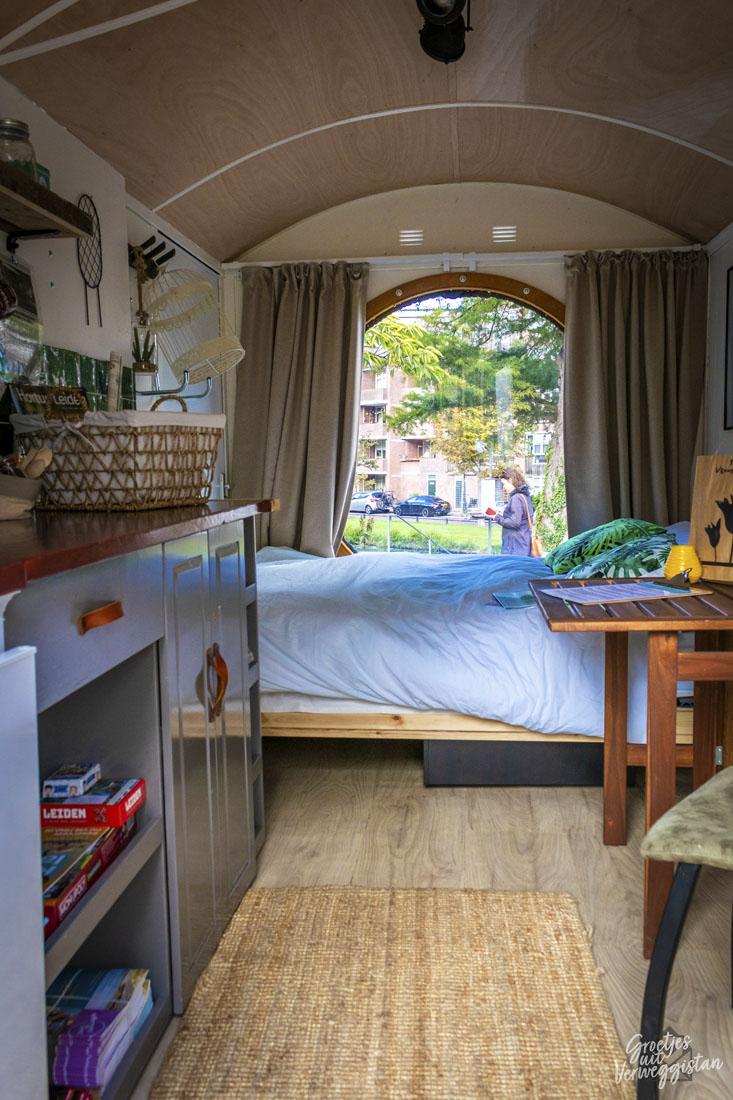 Een kijkje in het Streekhuisje in Leiden met groot raam en bed