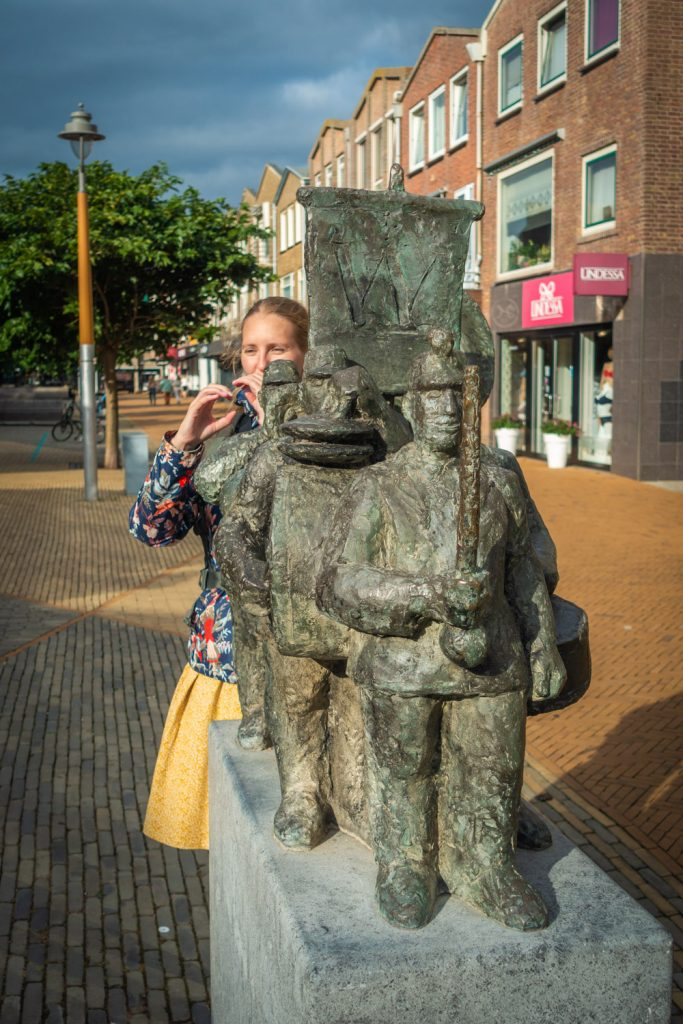 Standbeeld Spelende muzikanten in Katwijk met Manouk die een trompet nadoet