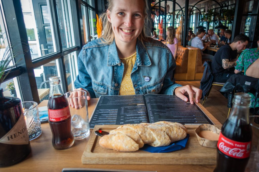 Manouk met een broodplankje in restaurant Hudson in Katwijk