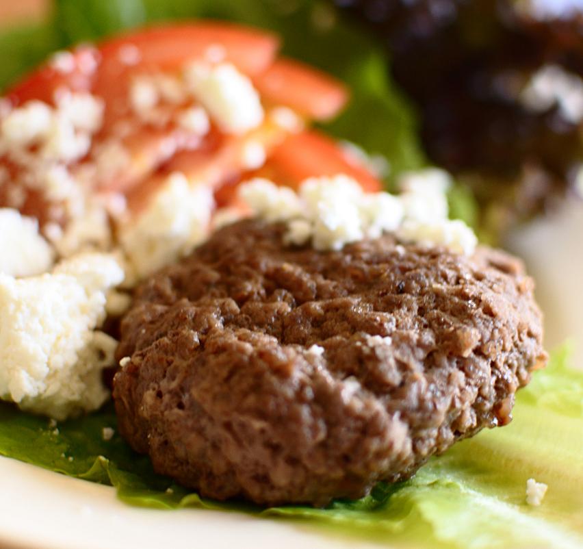 Köttfärsbiff med fetaost och sallad