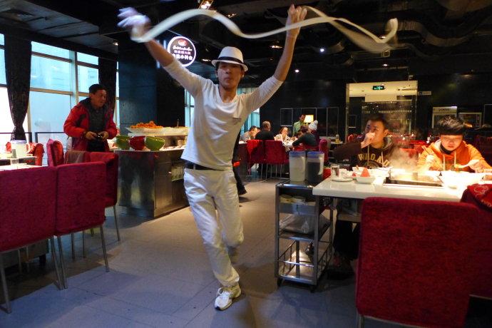 「海底捞」火鍋店における麺のパフォーマンス