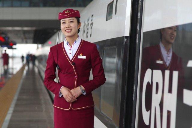 写真は正確には中国の高速鉄道ではなく動力汽車、美人サービスパーソンとともに