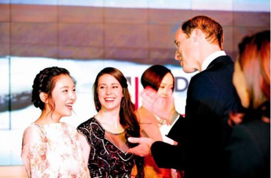 上映会でウィリアム王子と謁見する吴倩