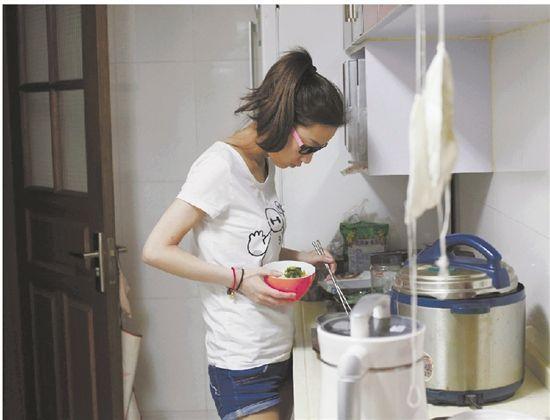 家で簡単な食事を済ませる程影