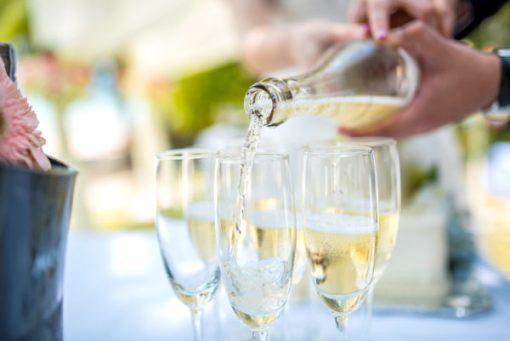 inschenken van mousserende wijn in glas