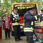 Löschmeisterin (LM) und Vorstandsmitglied Diana Scheeser tauft das Rettungsboot mit einem Glas Sekt und läßt das Glas im Inneren zerschellen.