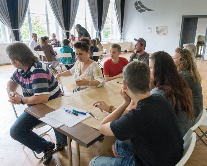 Großschönau, Bürgerwerkstatt Webschule, Arbeit an Tischen