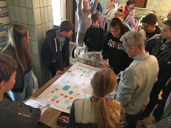 Kiara erklärte den anderen Besuchern den Entwurf vom Tisch 1 für den neuen Jugendtreff im Erdgeschoss des Bahnhofs.