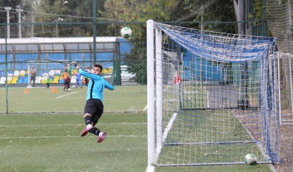 Smena's goalie looks over his shoulder in anguish as Krylya Sovietov open the scoring from a free-kick.
