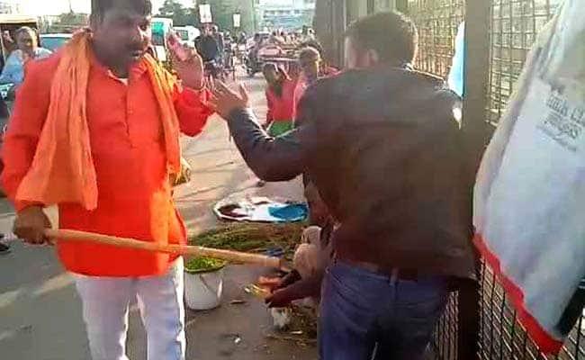 kashmiri attacked lucknow street uttar pradesh police bhagwadhari video