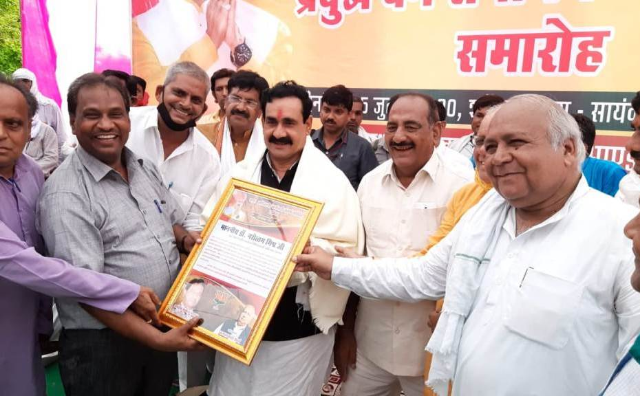 madhya-pradesh-home-minister-narottam-mishra-is-meeting-the-public-without-wearing-a-mask-24385