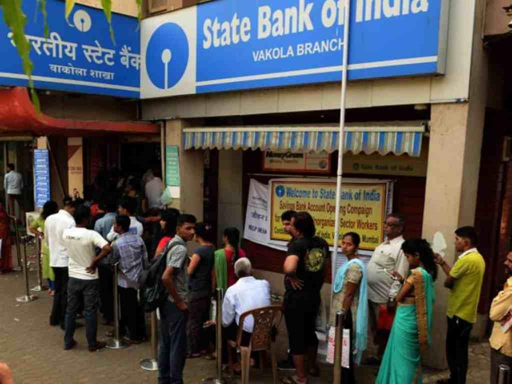देश के सबसे बड़े बैंक SBI से एक झटके में निकाले जाएंगे 30 हज़ार कर्मचारी