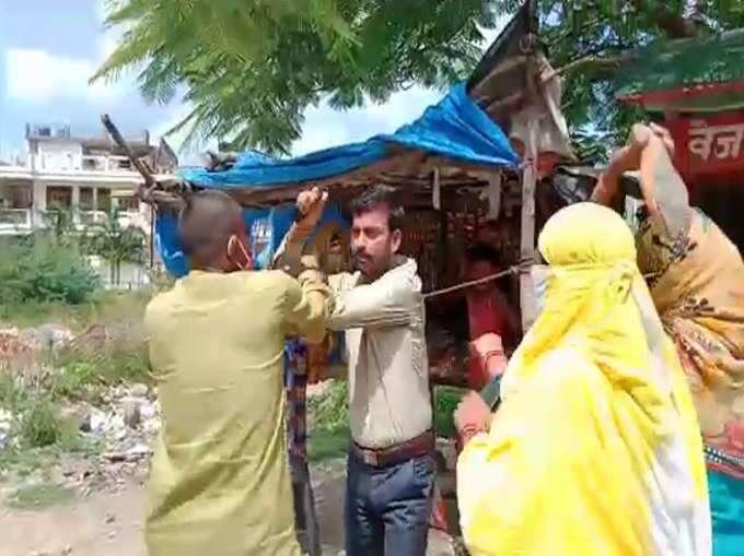 छेड़खानी के आरोप में भाजपा नेता को सरेआम चप्पल से पीटा गया