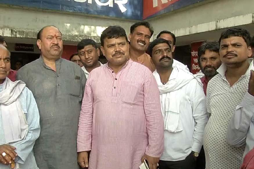 सिंधिया के साथ भाजपा में गए प्रद्युमन सिंह तोमर समर्थन पाने के लिए कांग्रेस नेता रघुनाथ सिंह तोमर के पैरो पर गिर गए....