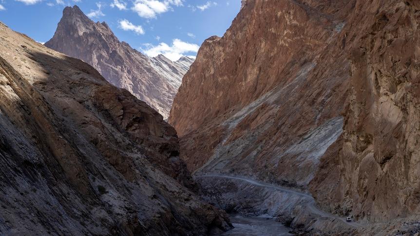 Govt builds tunnels connecting Kashmir with Ladakh