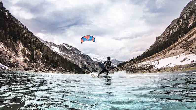 riding-to-explore-grounds-kitesurf-montagne-outdoor