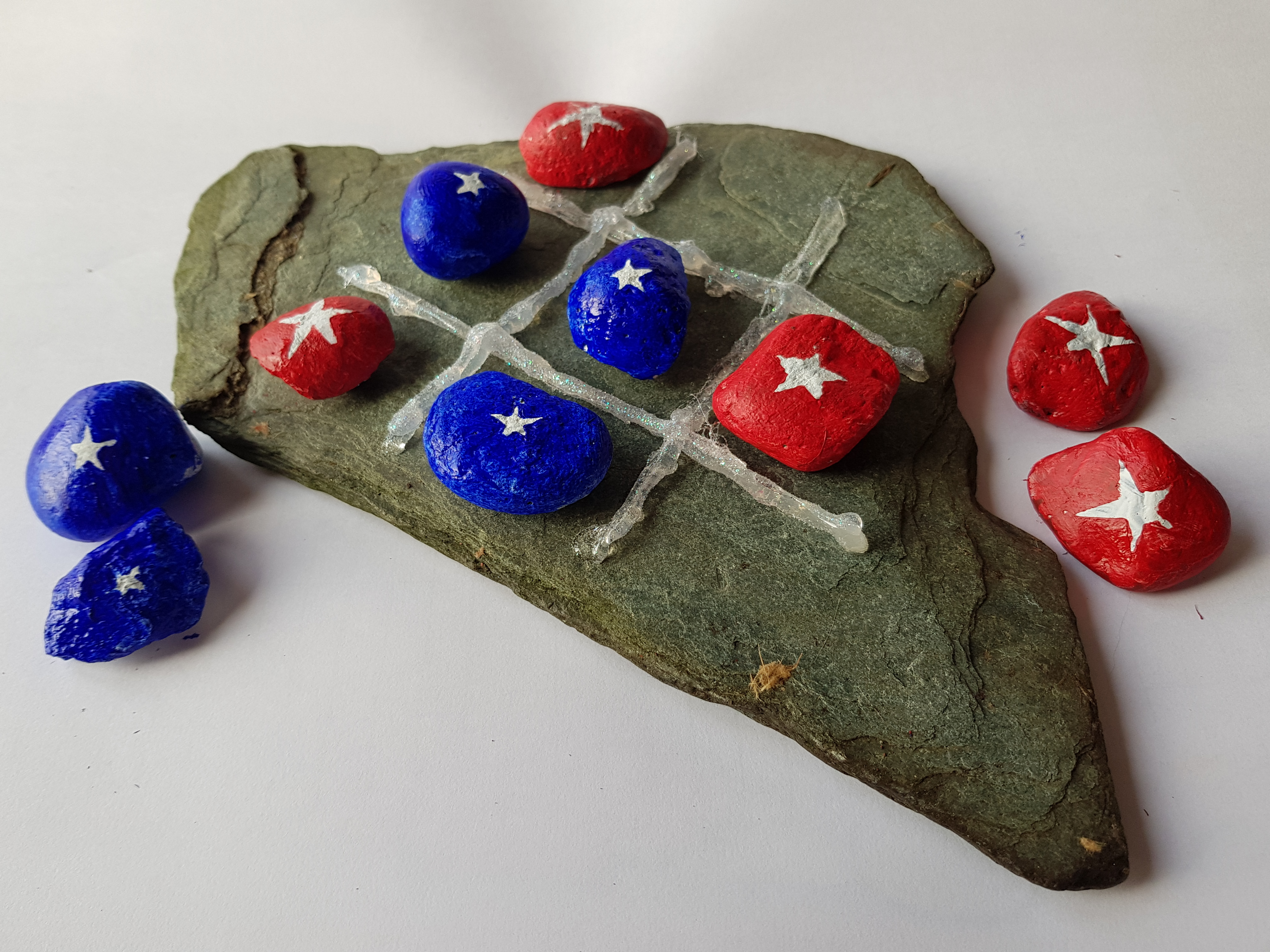 Stone art garden craft for kids. We love fun DIY projects like this. This make a fun garden game using painted pebbles..