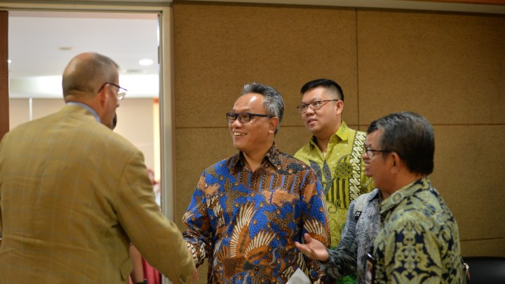 Project Lead and Deputy Minister for Education and Higher Education shaking hands