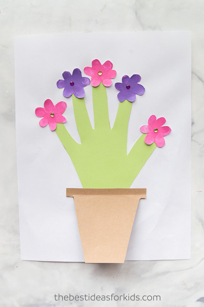 Mothers Day Handprint Flower and lots of other adorable and easy Mother's day craft for kids