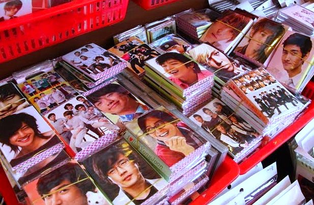 k-pop fan pictures, k-pop souvenirs, where to buy k-pop fan souvenirs, where to buy korean drama star pictures and paraphenalia, collecting korean drama star and k-pop star pictures