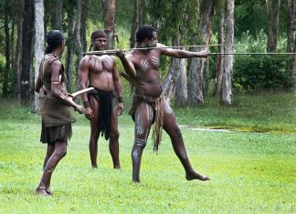 aboriginier fra australien viser spyd