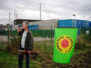 Anti-Atom-Fahne vor dem Firmengelände von Eckert & Ziegler (14.09.2013)