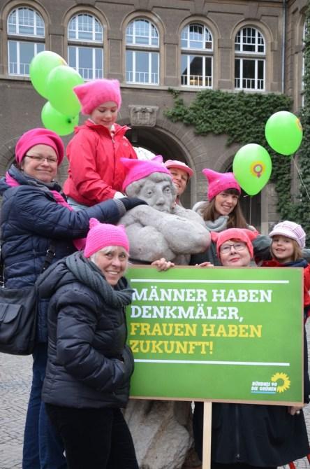 Männer haben Denkmäler, Frauen haben Zukunft; Juliane Krause (vorne) mit Pussyhat in Braunschweig