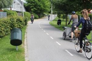 Radschnellweg mit Fahrradpapierkörben