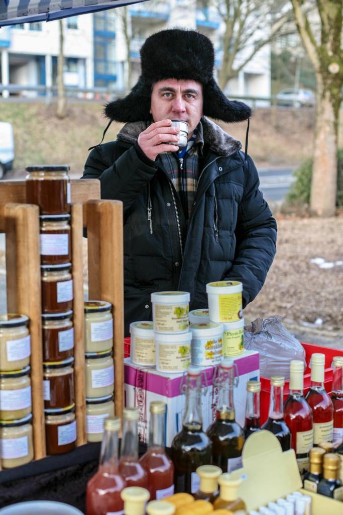 Andrey Chagochkin mit seinem Honigstand