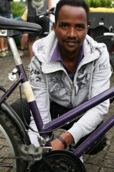 Gebru, 25 Jahre, kommt aus Eritrea. Er hat heute am Hinterrad geschraubt und dabei ein neues Wort gelernt: Schutzblech.