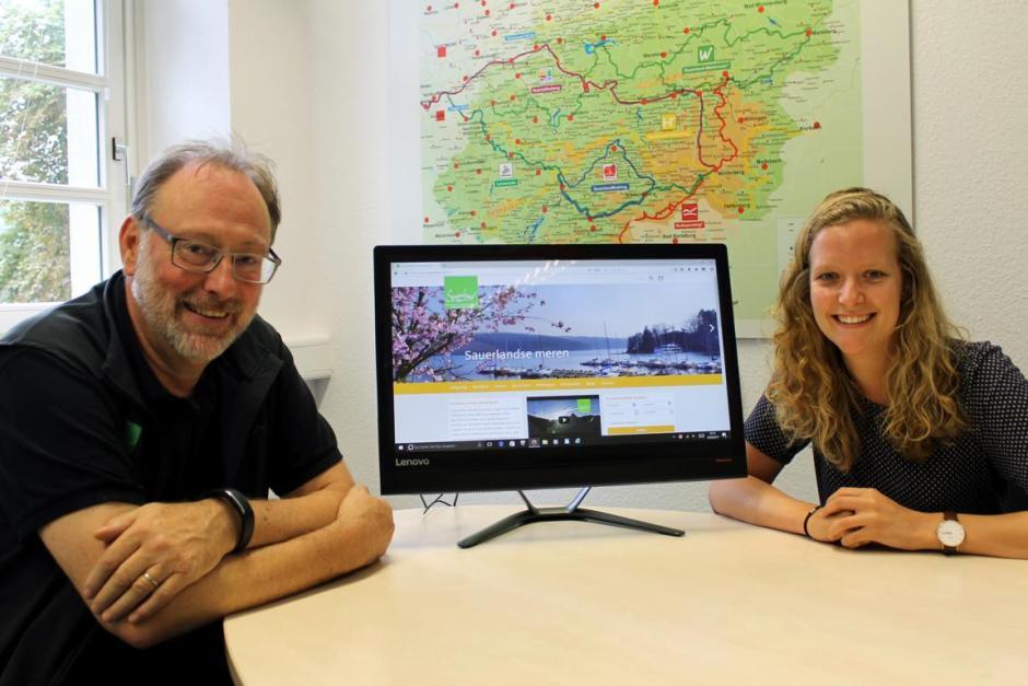 Freuen sich gemeinsam über die neue Internetseite in niederländischer Sprache: Eckhard Henseling, stellvertretender Geschäftsführer bei Sauerland-Tourismus, und Carolina Burger.