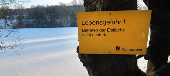 Bitte das Eis nicht betreten! Lebensgefahr!
