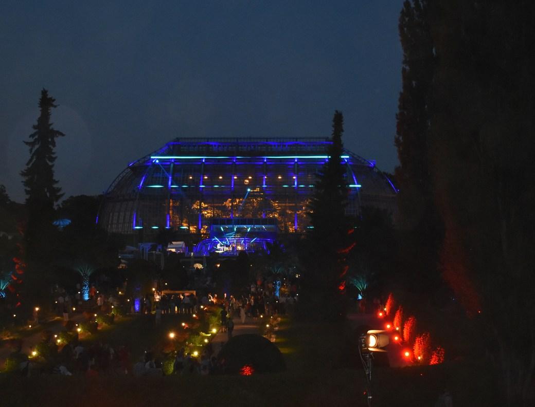Beleuchtetes Tropenhaus bei Nacht