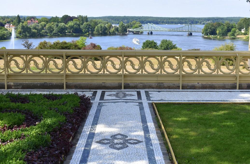 Blick von der Terrasse auf Brücke