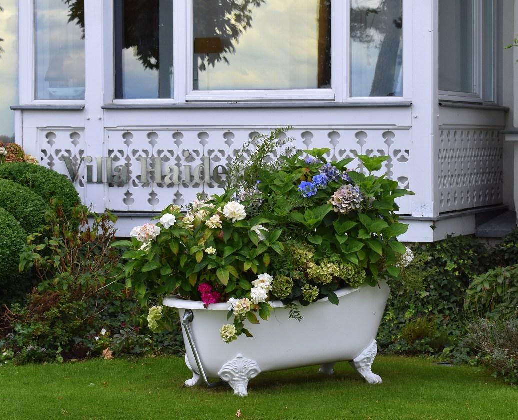 Blumenschmuck vor Villa