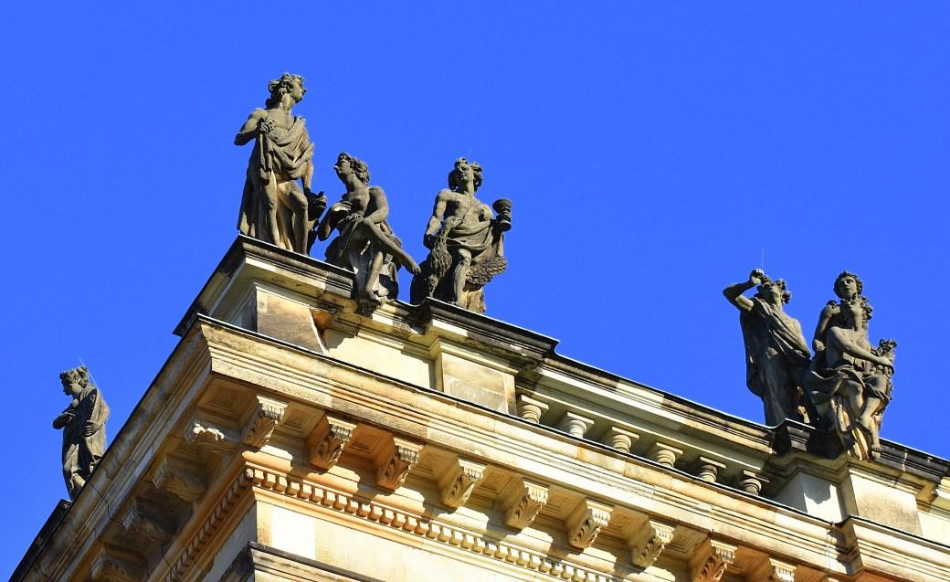 Figuren auf dem Dach