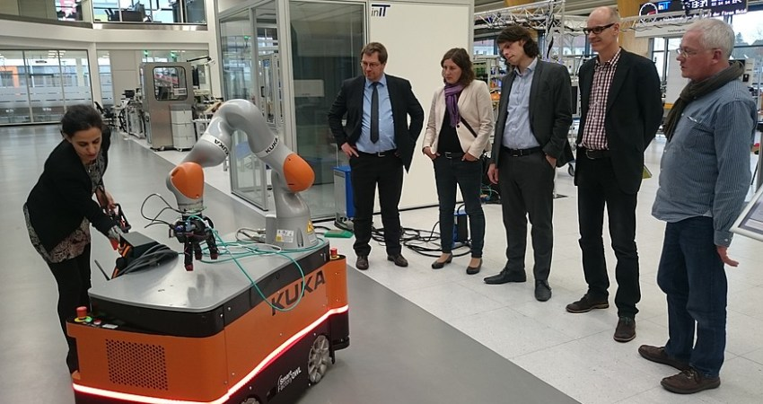 Grüne bestaunen Roboter in Smart Factory