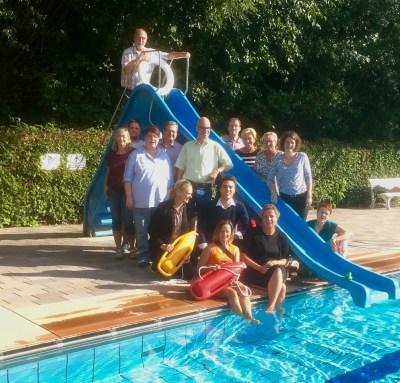 Schwimmbadtour - Gruppenbild an der Rutsche im Freibad Kirchheide