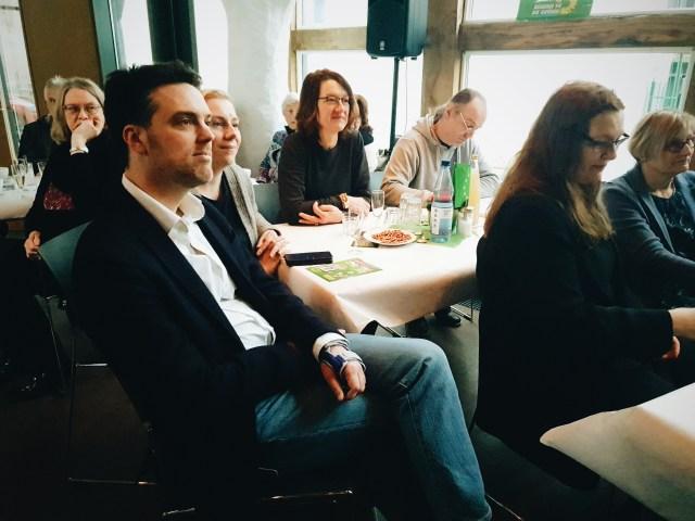 Robin Wagener hört Dr. Katharina Kleine Vennekate aufmerksam zu