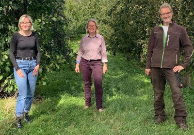 Lucie Schäferkordt, Katharina Kleine Vennekate und Thomas Schäferkordt in der Obstwiese