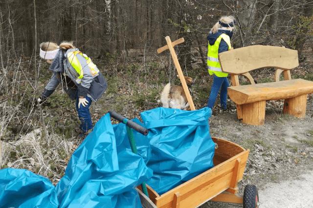 Die Familie von Grünen-Mitglied Elizabeth Junghärtchen sammelte in Wahmbeck zwei Bollerwagen voll Abfall
