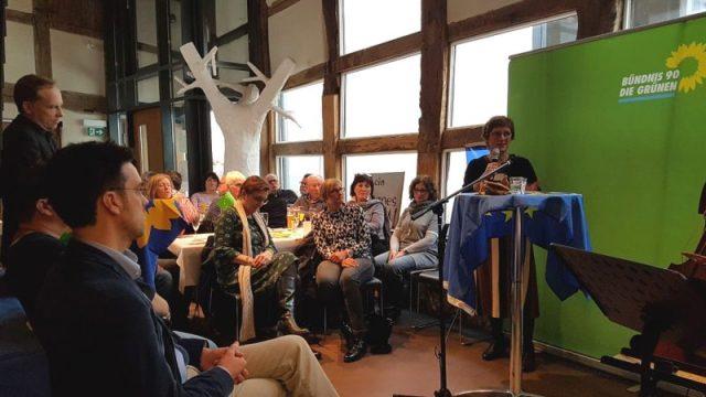 Rieke Bernard (Volkshochschule Detmold-Lemgo) informierte.