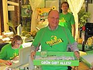 Mann in Grünen-Wahlkampfshirt mit Bauchladen