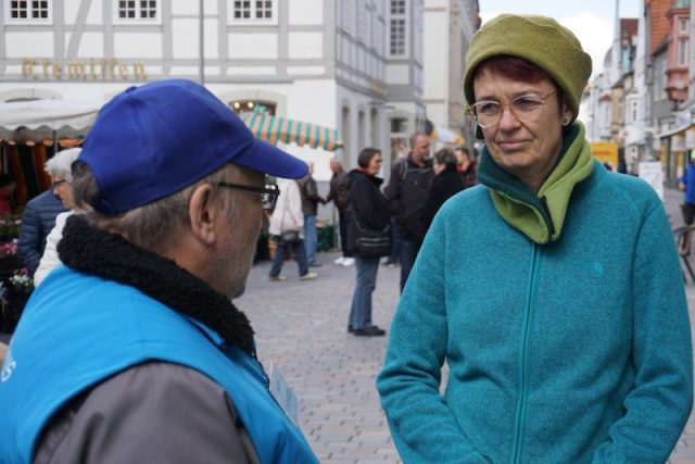 Ute Koczy spricht mit Standbesucher