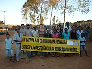 Ute Koczy mit demonstrierenden Uran-BergarbeiterInnen