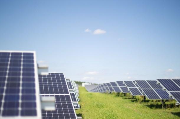 Solarpanele in Bayern (Quelle: flickr.com/Windwärts Energie/(CC BY-NC-ND 2.0)