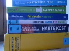 Lesen deine Freunde gerne? Schenk ein Buch! In Oxfam Läden kann man auch gebrauchte Bücher kaufen, die sind nicht so teuer und ein Fehlgriff ist auch nicht so schlimm ;) Wenn die Person sich auch noch für Umweltthemen interessiert, hier unsere momentanen Literaturtipps!