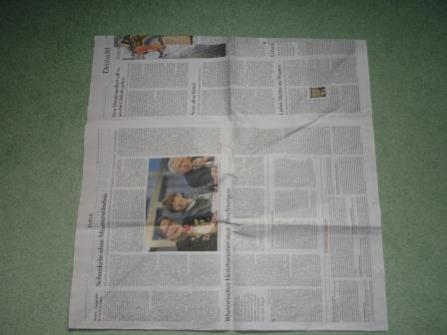 Für die Pflanzschale nimmt man zwei Lagen Zeitungspapier und schneidet sie zu einem Quadrat.