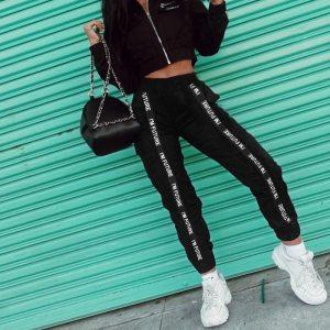 Pantalon streetwear porté